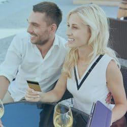ett lyckligt par med gemensam ekonomi