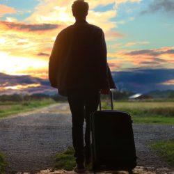 man med resväska - jämför reseförsäkring (bästa reseförsäkringen)